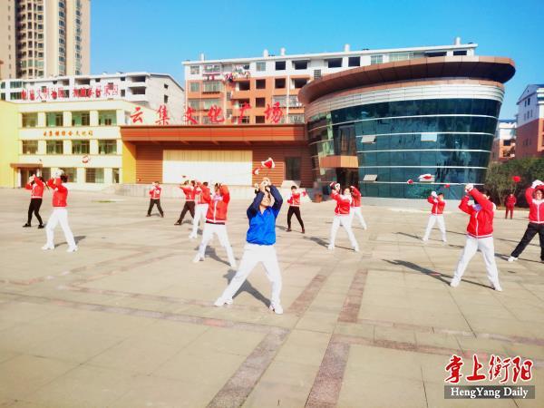 群众在云集文化广场跳健身操_meitu_5.jpg