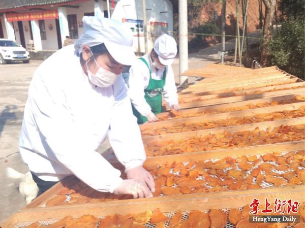 枣园村远教电商工员在翻晒红薯干_meitu_8.jpg