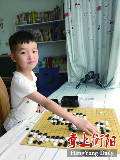 唐楚涵生正在对照棋谱,练习棋艺。.jpg