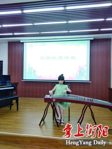 刘唯一正在参加古筝演奏比赛。.jpg