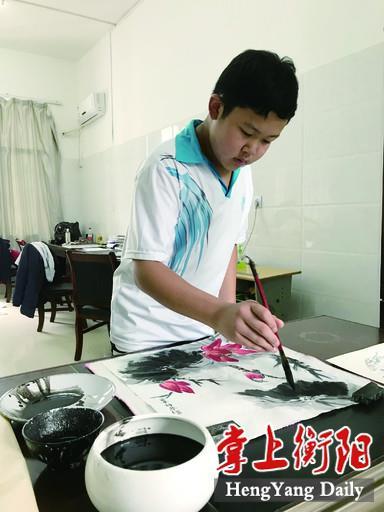 刘睿轩正在作国画.jpg